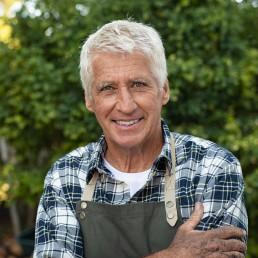 Fermier à la retraite souriant