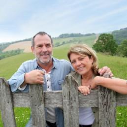 Un couple devant leur terrain de campagne